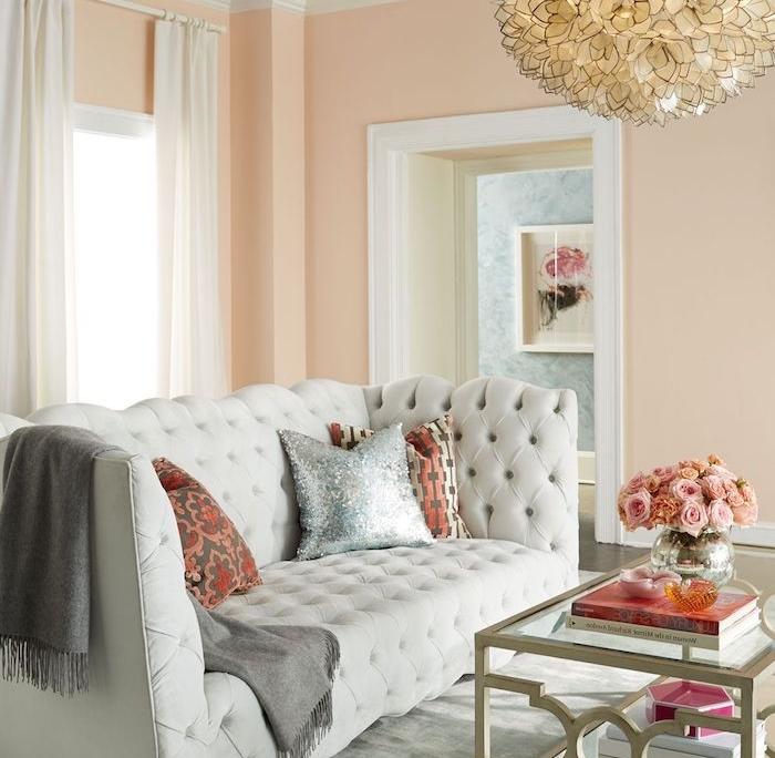 idee de peinture murale saumon, suspension originale elegante, canapé gris clair, table basse verre et metal, tapis gris clair