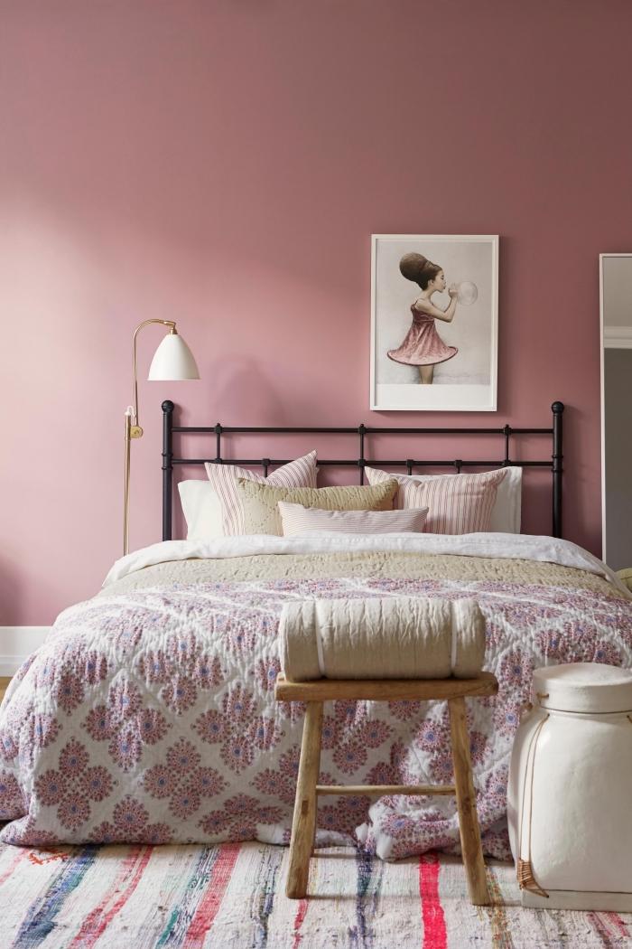 design intérieur tendance peinture 2019, idée décoration chambre fille avec plancher bois et murs de couleur rose poudré