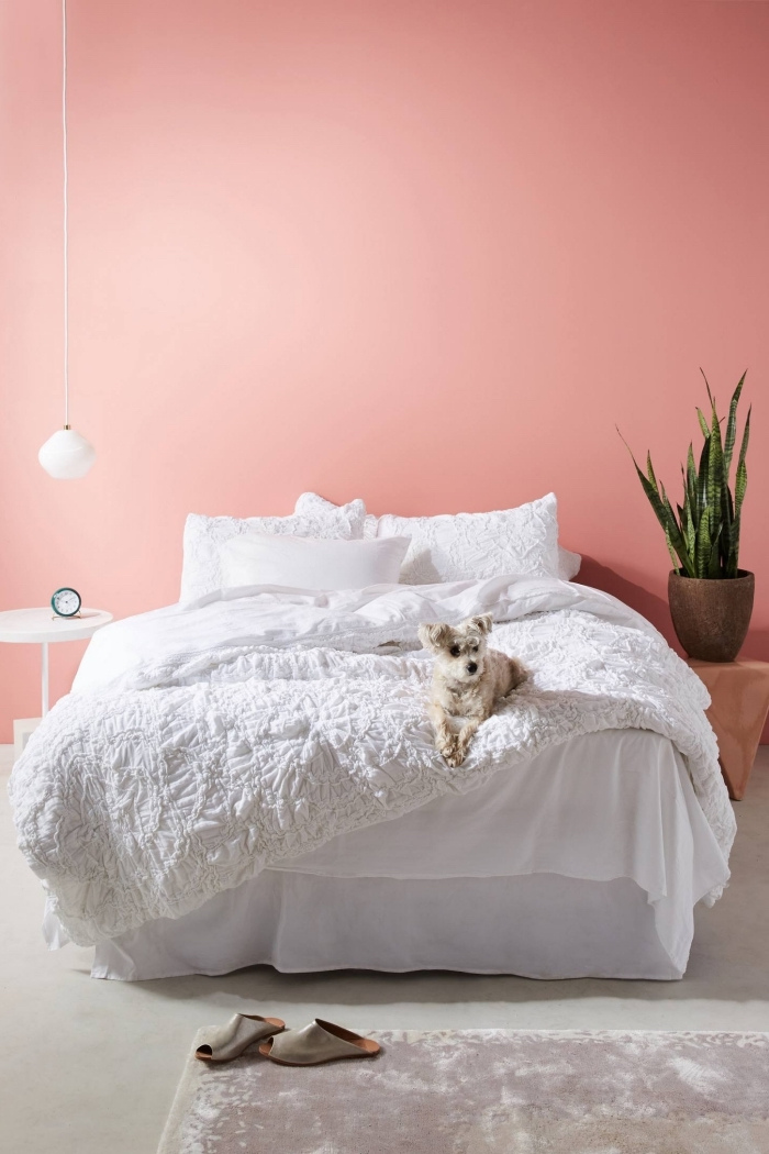 comment décorer sa chambre avec la couleur rose pale, design chambre féminin de style minimaliste au sol gris et murs roses