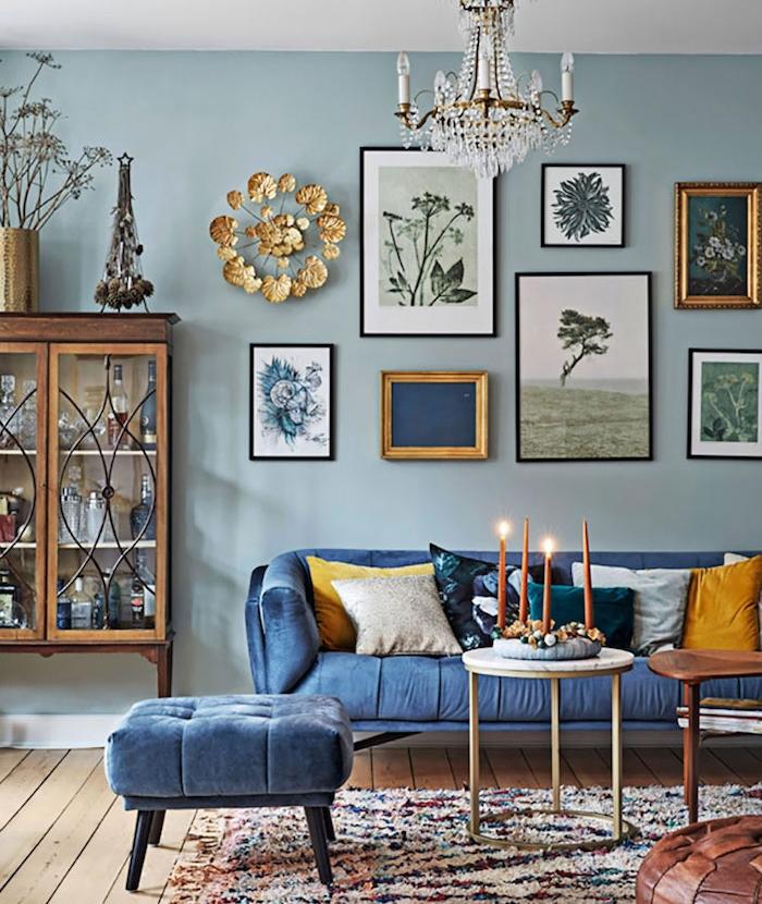 peinture interieur maison, peinture bleue pour salon bleu avec canapé et tabouret bleu rois, tapis shaggy coloré et vaisselier vintage