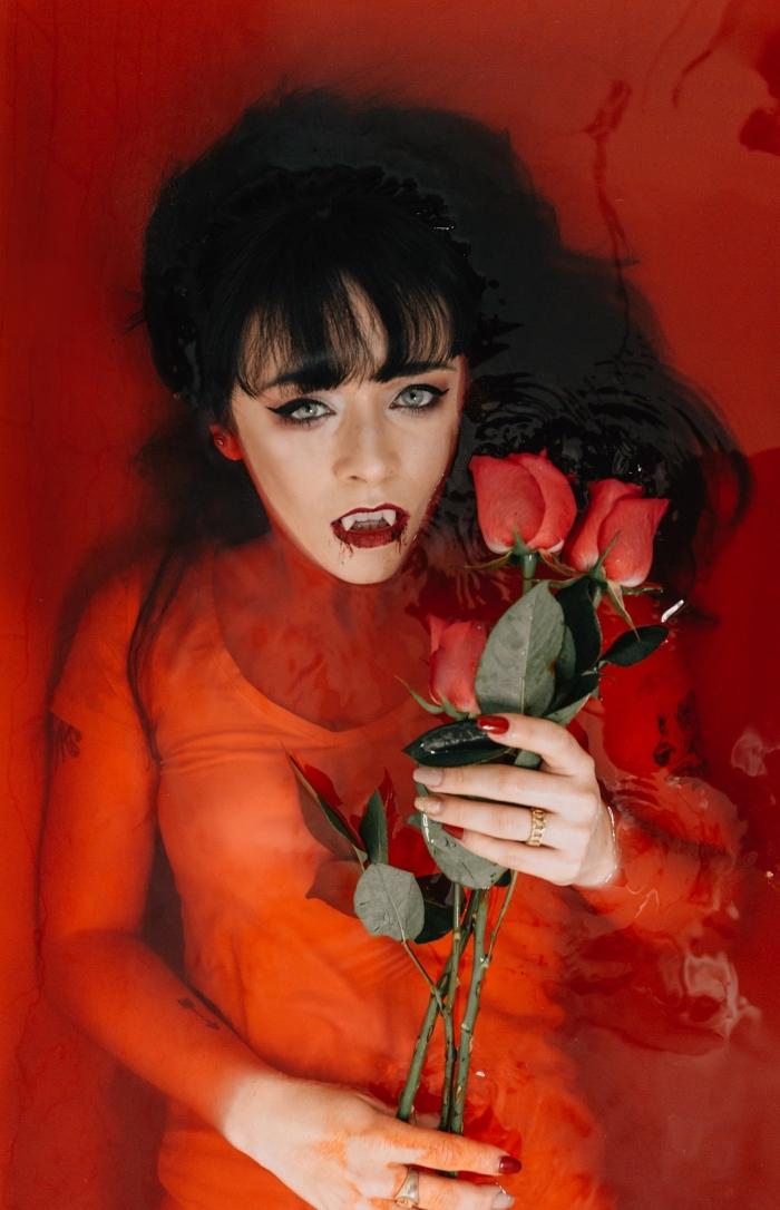 exemple de maquillage halloween facile façon femme vampire aux lèvres rouges avec crocs, tenue femme vampire