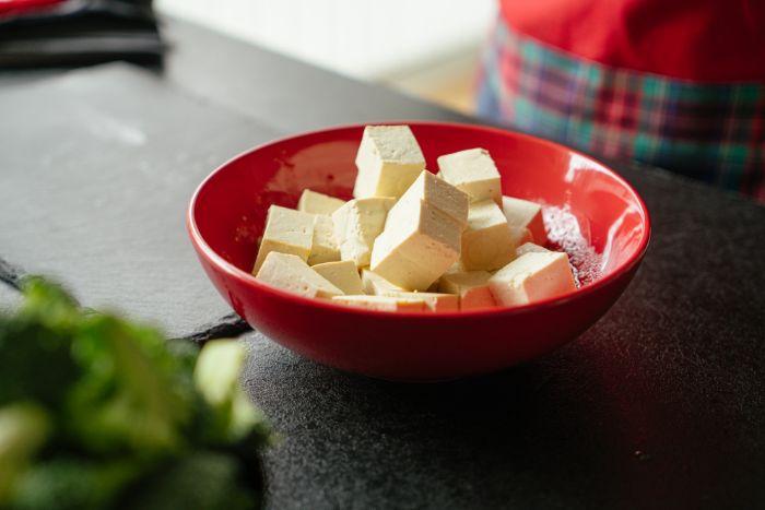 tofu coupé en cubes dans un bol rouge, tofu recette de repas simple et rapide pour le soir