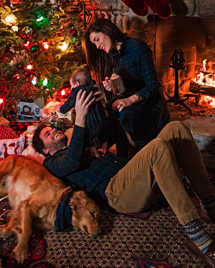 Sapin de noel décore, couple avec enfant et son chien, célébrer noël dansun chalet cosy