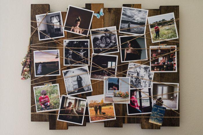 idées originales pour créer un mur photo, pêle-mêle cadre photo en bois de palette récupéré et ficelle