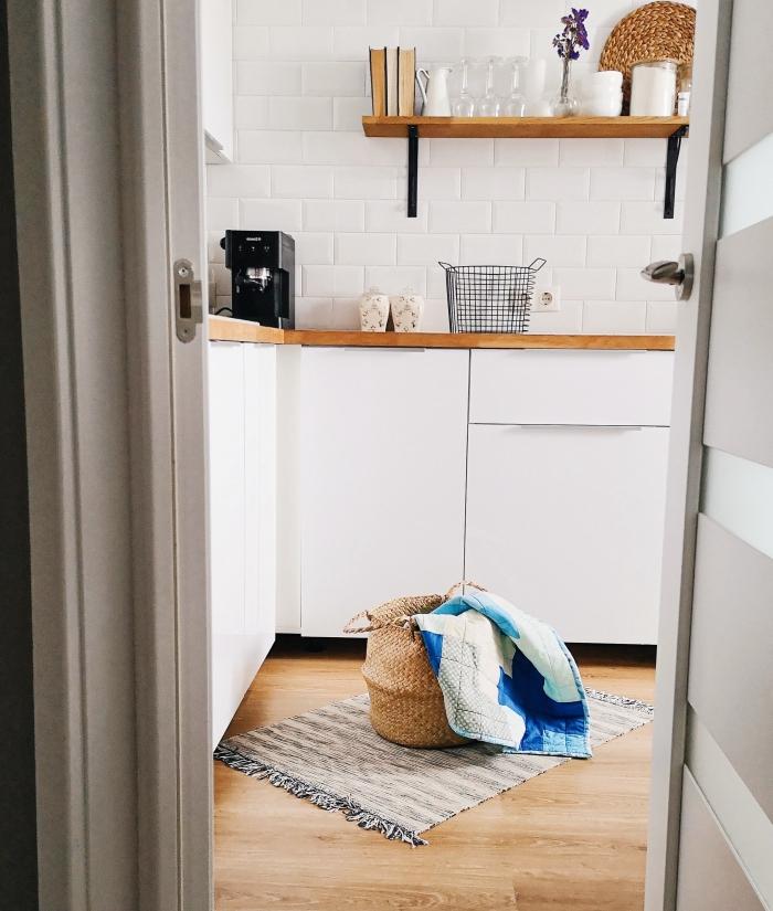 décoration cuisine traditionnelle en blanc et bois avec accents noir mat, idée tapis de cuisine décoratif avec frange