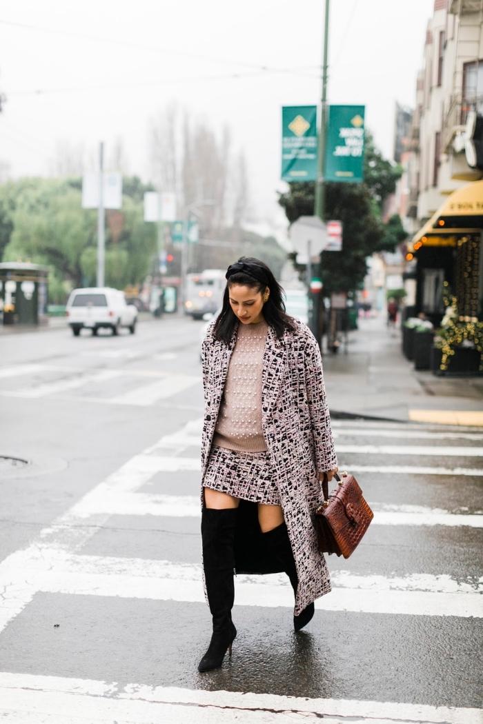 idée manteau femme enceinte, look femme grossesse stylée en jupe et manteau blanc et noir avec pull-over beige