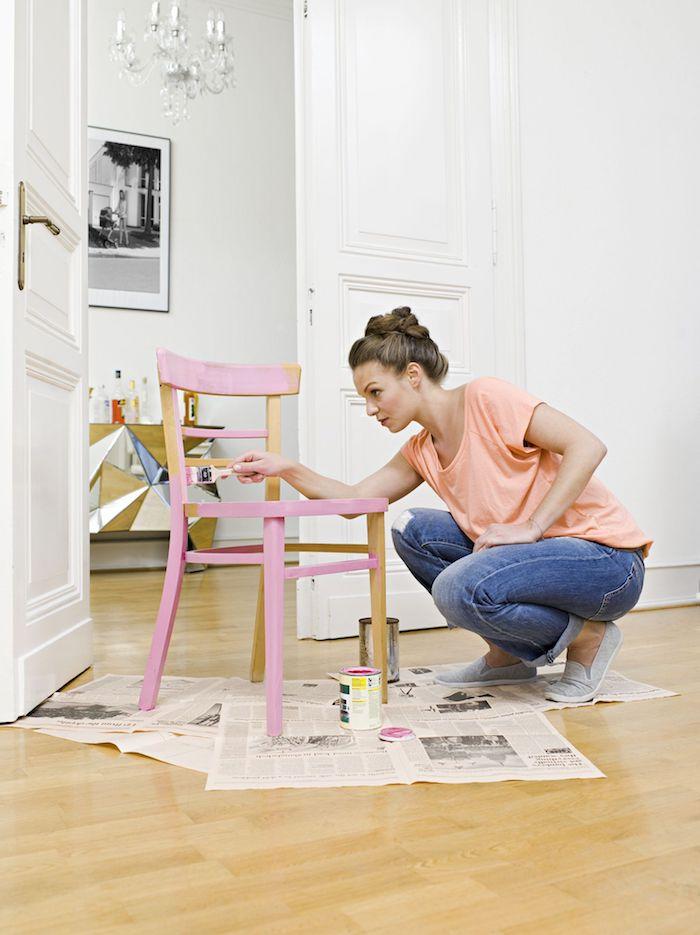 Rose peinture sur chaise en bois simple, peinture meuble bois, customiser meuble bois, relooker meuble ancien en moderne
