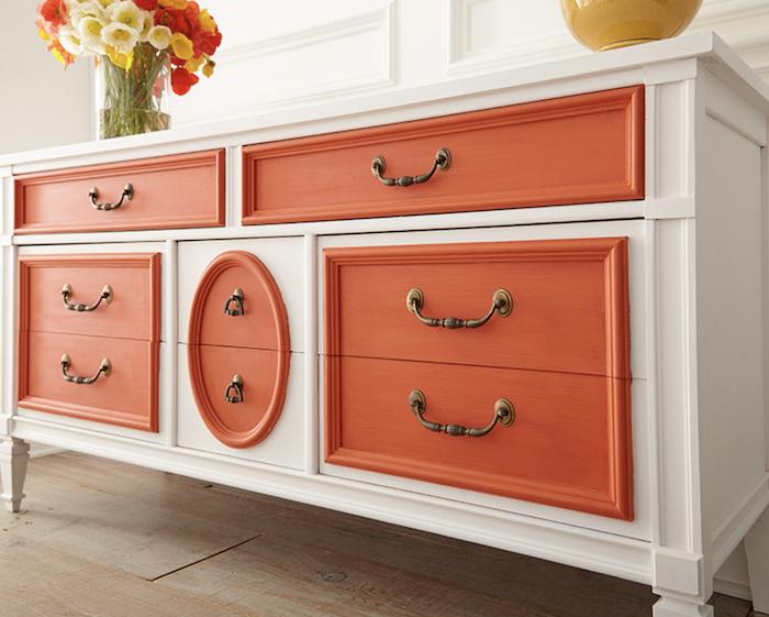 Blanc et orange placard, relooker un meuble, comment repeindre un meuble sans le poncer