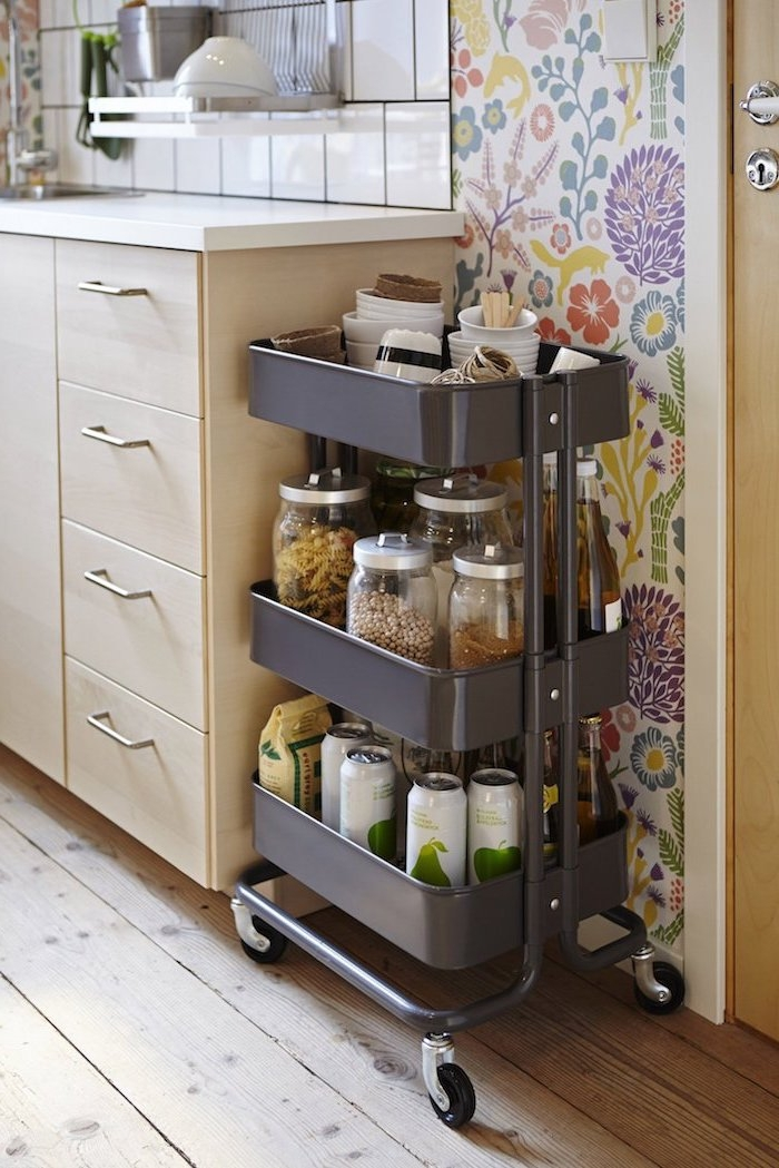 customiser meuble ikea de peinture gris foncé, idee astuce rangement cuisine pots produits nourriture et ingrédients rangé près du meuble cuisine