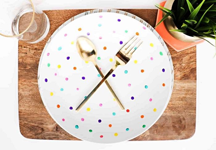 assiette en porcelaine blanche peinte de motifs multicolore, personnaliser sa vaisselle avec de la peinture à porcelaine