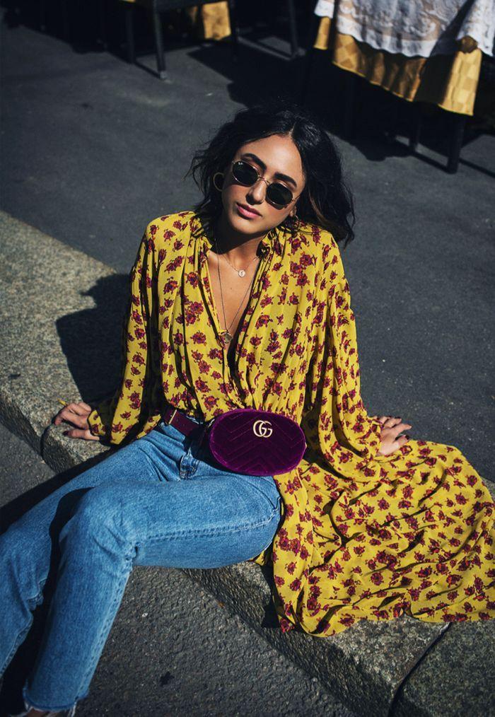 Porter une robe longue déboutonnée comme chemise sur jean, femme lunettes de soleil rondes, jaune robe chemisier fleurie, s'habiller bien pour l'automne hiver