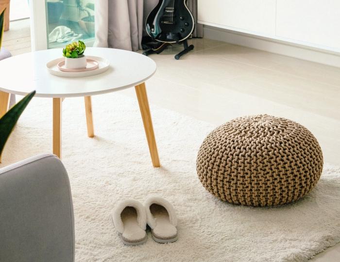 design salon minimaliste en blanc avec accents bois, modèle de table salon ronde et basse, idée tapis salon blanc et doux