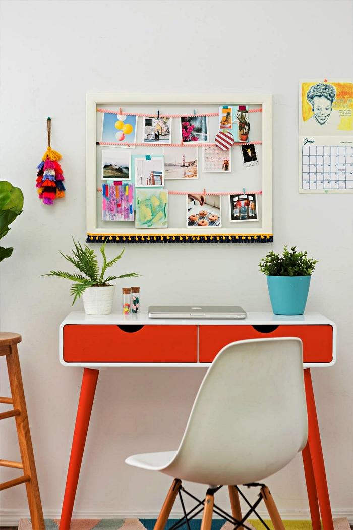 cadre multi photo décoré d'ornements à pompons pour une déco murale bohème chic dans le coin bureau