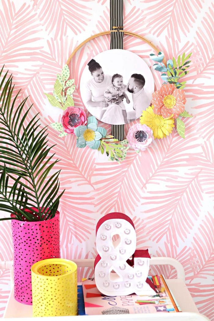 transformer un tambour à broder en cadre photo original décoré de fleurs en papier, cadre mural rond à faire soi même