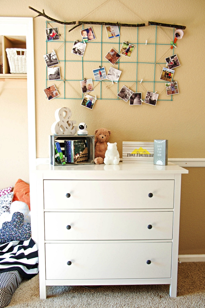 pêle-mêle diy avec de la branche et une grille métallique peinte en vert, déco murale dans la chambre bébé avec un pele mele diy