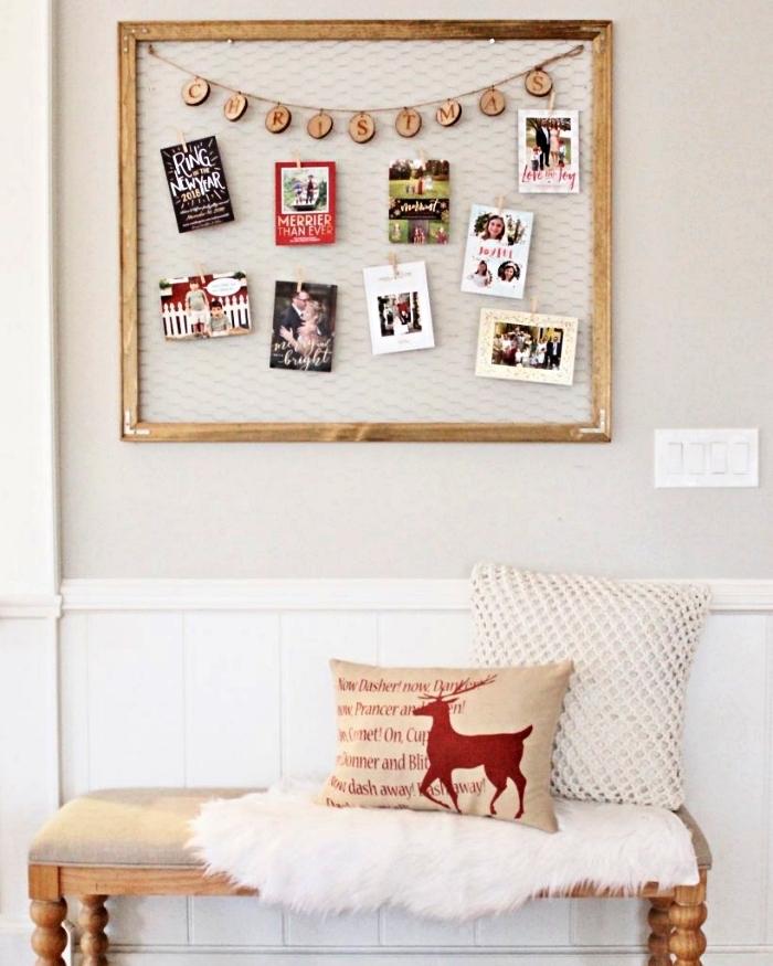 cadre multi photo avec grillage de poule, déco murale dans le couloir avec un avec tableau à photos en bois et grillage de poule