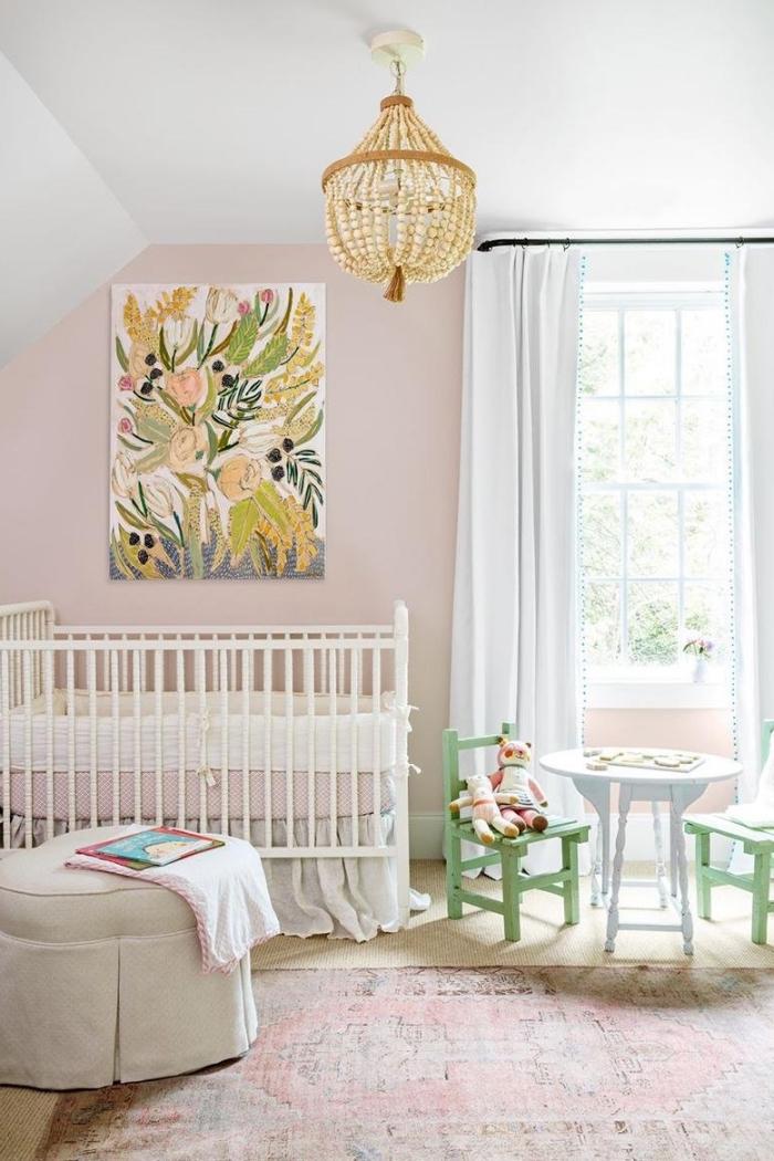 design chambre enfant en rose et blanc avec accents verts, pièce aux murs de couleur rose poudré avec plafond blanc