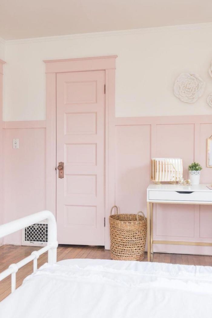 comment aménager une chambre fille aux murs deux couleurs, idée peinture rose pale et blanc, exemple chambre ado fille avec accents or