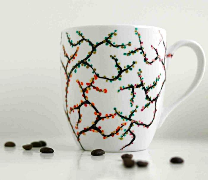 loisirs créatifs adultes avec de la peinture à porcelaine, décorer ses mugs avec de la peinture, mug personnalisé à motif branches fleuries