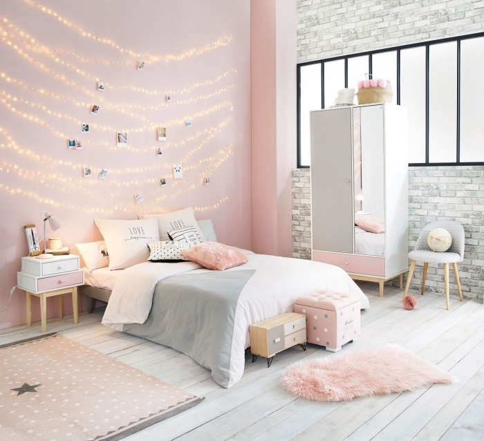 comment décorer une chambre ado avec diy déco murale en photos et guirlandes lumineuse, chambre gris et blanc avec rose