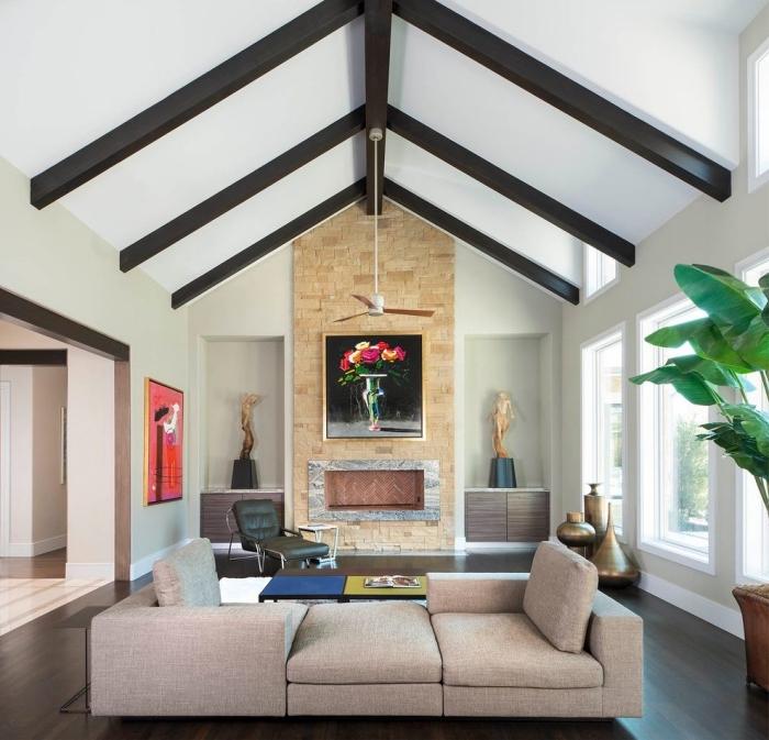 idée déco sous un plafond cathédrale dans un salon aux murs vert pastel, idée mobilier moderne salon en tissu beige