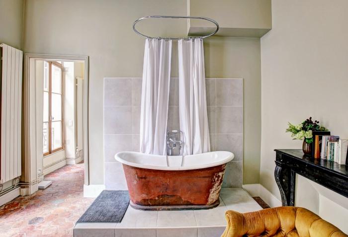 comment décorer une salle de bain avec baignoire, modèle de tapis antidérapant pour salle de bain en gris foncé