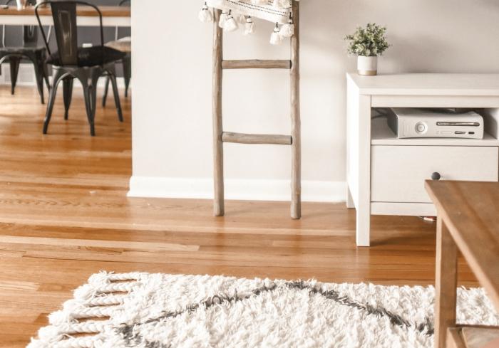 idée comment aménager un salon scandinave aux murs blancs et accents bois, modèle tapis moelleux en blanc