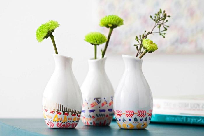 vases en céramique à bases décorés de motifs ethniques colorés réalisés à la peinture porcelaine