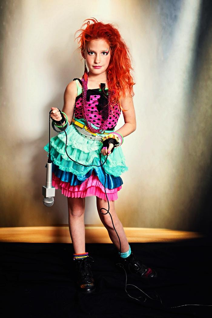 idée de déguisement année 80 pour fille, déguisement de chanteuse de rock des années 80, jupe tutu bariolée avec haut rose à pois noirs
