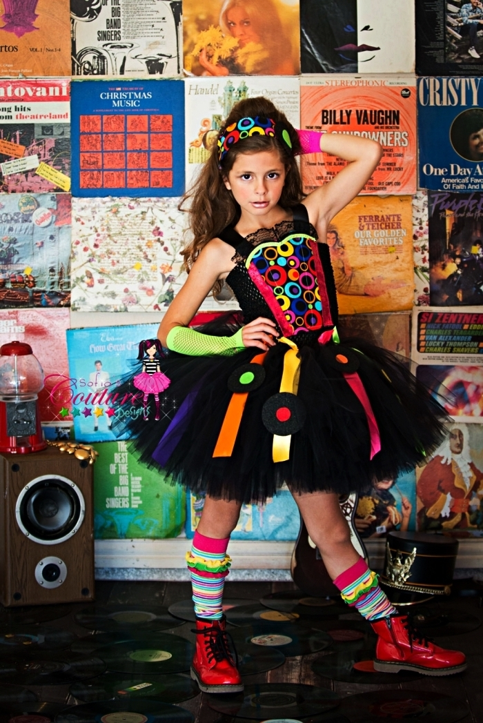 deguisement rock pour fille composé de robe tutu noire à détails colorés, de bottines rouges et de chaussettes hautes multicolores