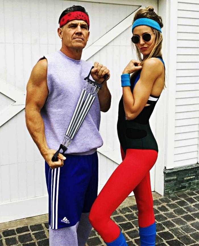 idée de déguisement de couple pour halloween, tenue de sport des années 80 pour lui et pour elle