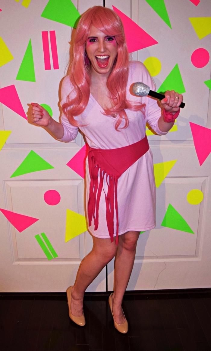 habit année 80 pour se déguiser en rockeuse, déguisement jem et les hologrammes composé d'une robe rose, d'une ceinture à franges et d'une perruque rose