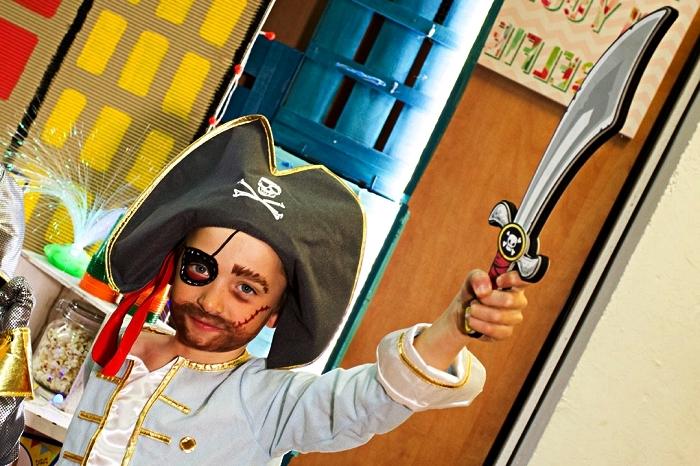 comment réaliser un maquillage pirate garçon, maquillage de pirate enfant avec fausse barbe et peinture sur visage cache-oeil