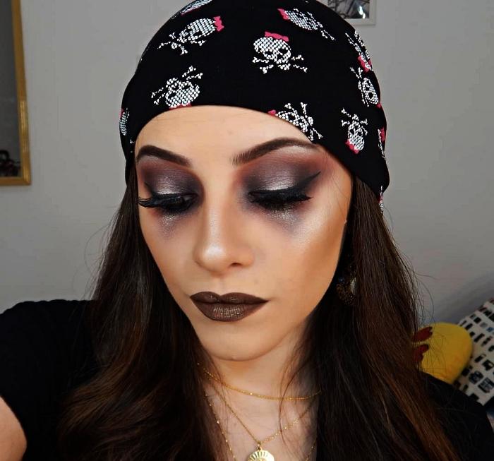 idée de maquillage halloween simple pour se déguiser en pirate femme, maquillage de pirate glam dans les tons mauve, gris et argent