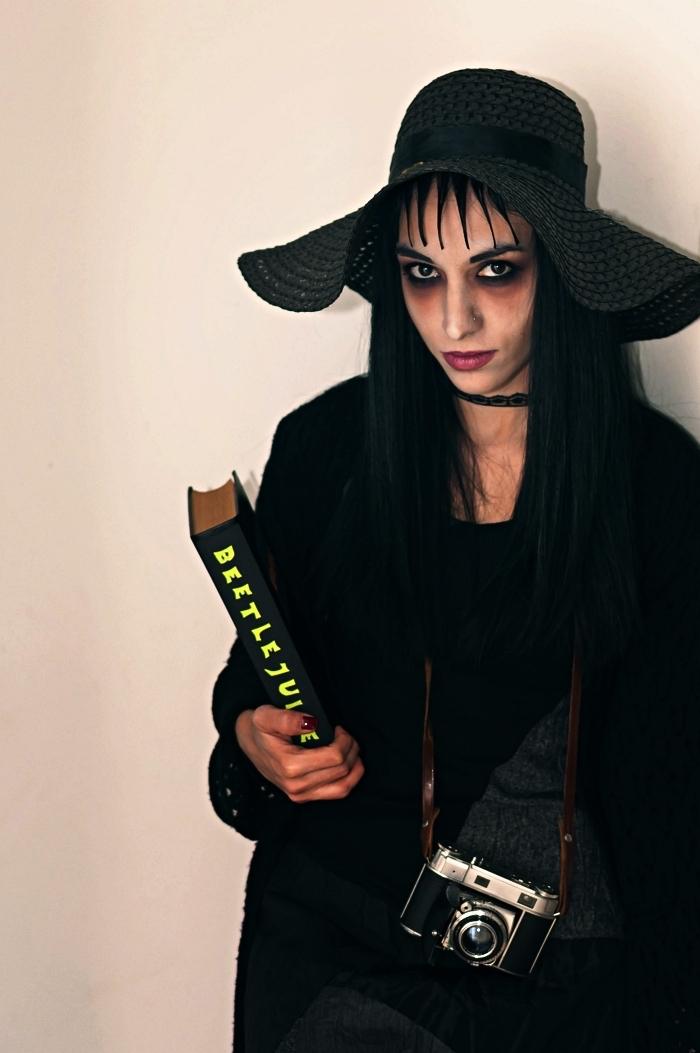 déguisement femme pas cher en lydia deetz du film beetlejuice, tenue toute noire associée à un maquillage gothique