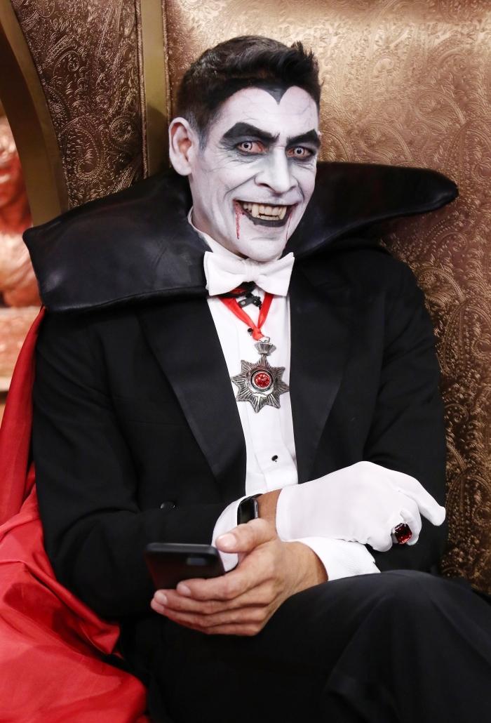 comment se déguiser pour Halloween homme, idée maquillage vampire homme, makeup avec peinture visage blanche