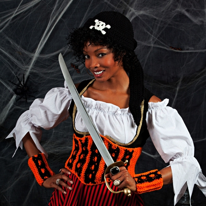 déguisement pirate femme original avec corset et chapeau au crochet, costume de pirate original
