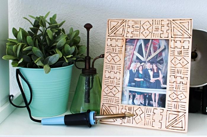 comment personnaliser ses cadres photos en bois, deco cadre photo en bois clair avec la technique de la pyrogravure