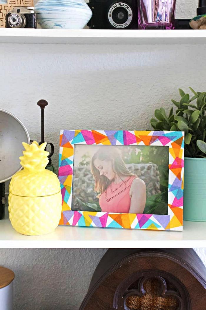 personnaliser un cadre photo avec du papier de soie, deco cadre photo avec du papier de soie multicolore