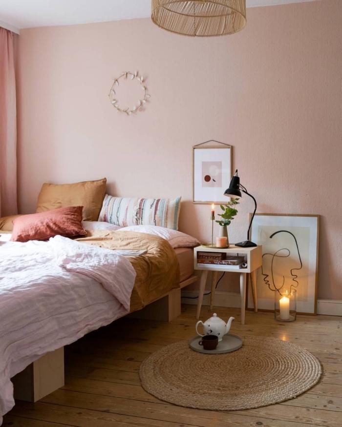 comment aménager une pièce cocooning avec tapis et lustre en fibre végétale aux murs rose pale et plancher bois