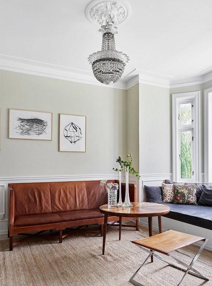 table basse bois, canapé marron cuir, couleur mur gris clair, lustre elegant, tapis jonc de mer, deco minimaliste