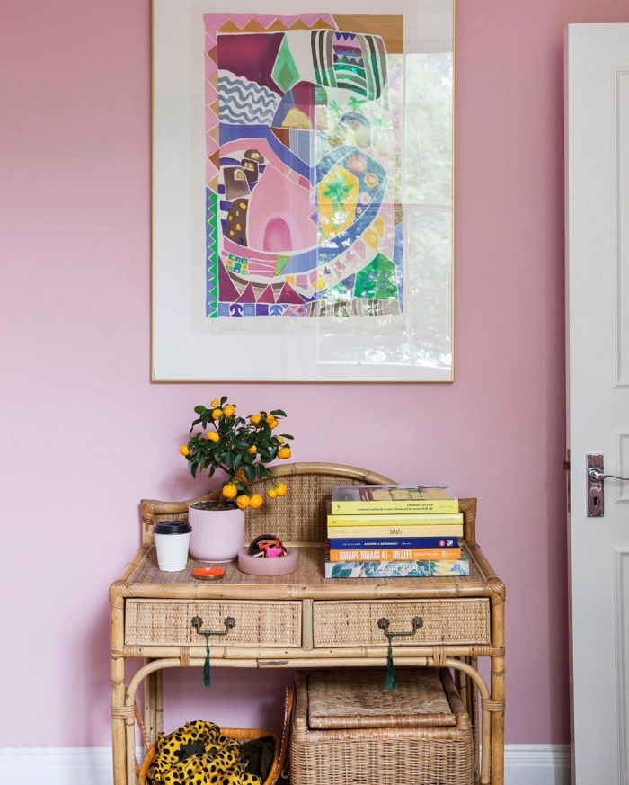 idée peinture chambre, comment décorer une chambre femme aux murs rose avec meubles en bois et fibre végétale