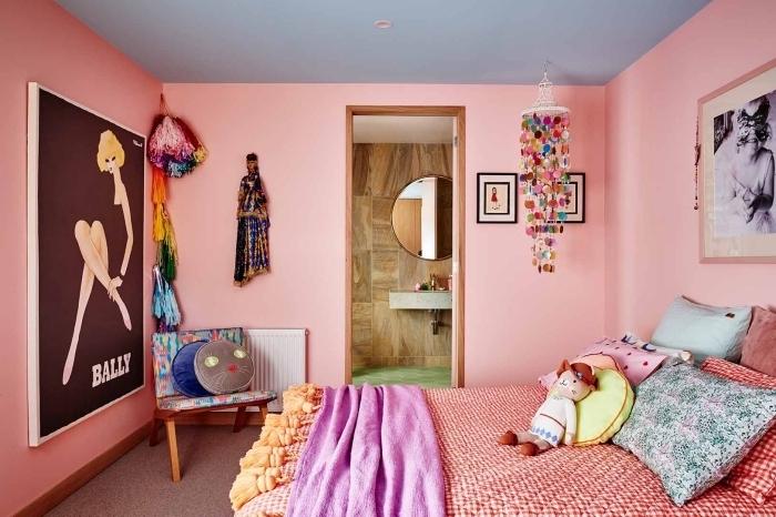exemple de chambre rose poudré au plafond gris clair avec meubles bois et accessoires multicolores, idée déco chambre fille
