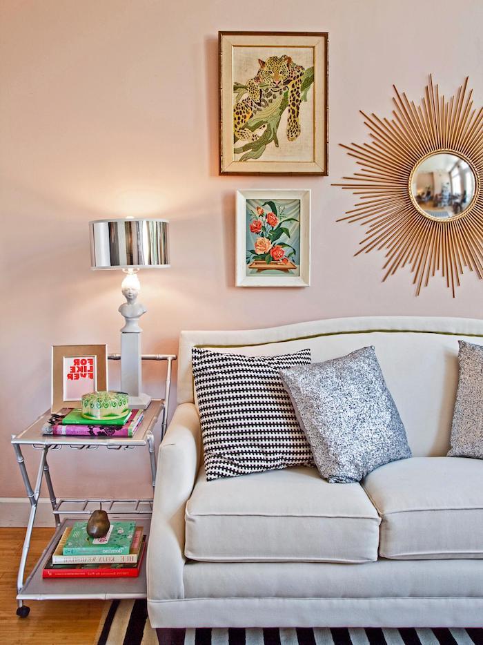 peinture interieur salon rose clair, deco salon gris et rose, canapé gris perle, miroir soleil pour decorer le mur, table de service originale