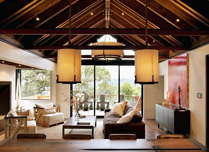 exemple comment décorer un salon sejour cathédrale à plafond à deux pentes en bois foncé, éclairage coin à repas rustique