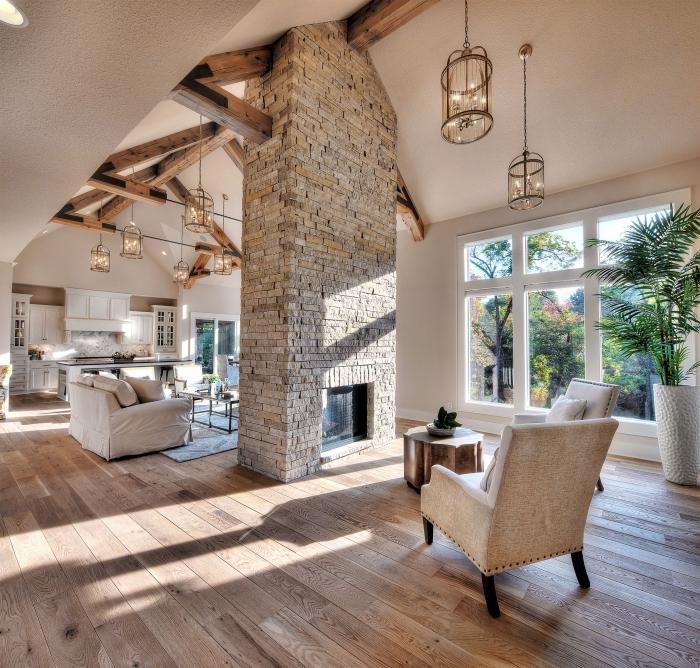 amenagement salon rustique en blanc et bois avec éclairage moderne, idée déco de salon à plafond haut à deux pentes
