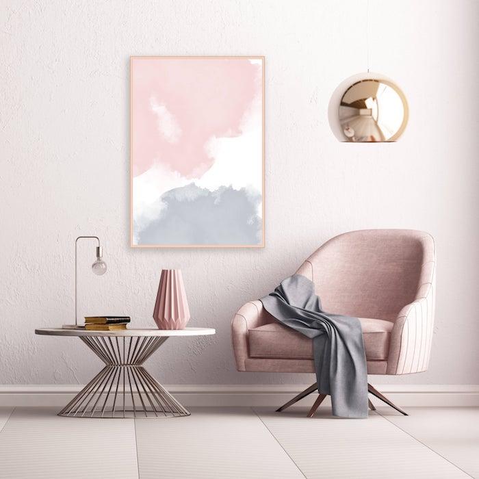 deco salon blanc et rose, schéma de couleurs en murs blancs, fauteuil rose, table basse blanche, mur décoré de tableau peinture gris, rose et blanc, suspension originale