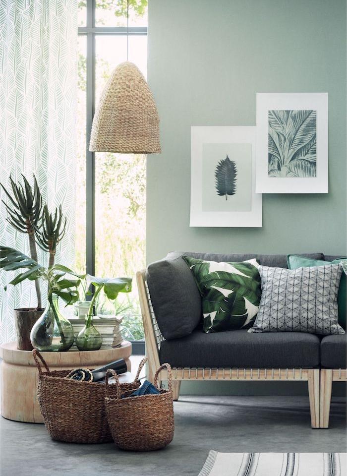 deco salon vert de gris et gris, idee deco salon zen, canapé bois avec coussin d assise grise, sol gris effet beton, deco jungle maison