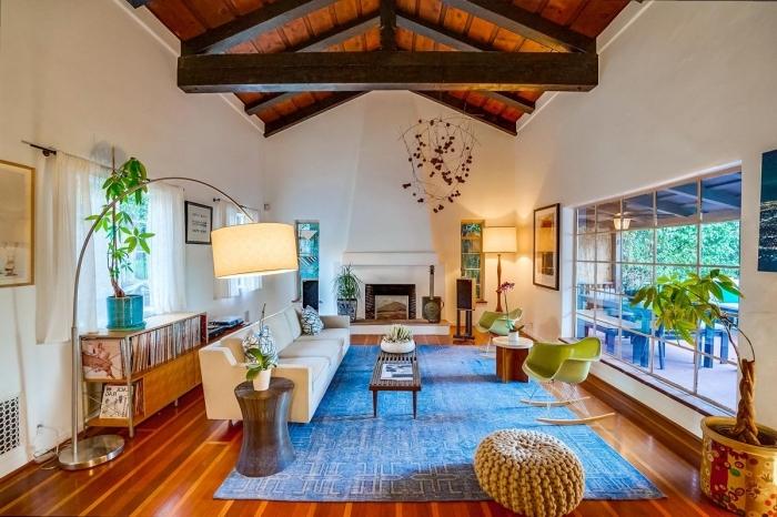 modèle de pièce blanche à plafond haut en bois avec poutres bois marron foncé, idée déco salon sejour cathédrale