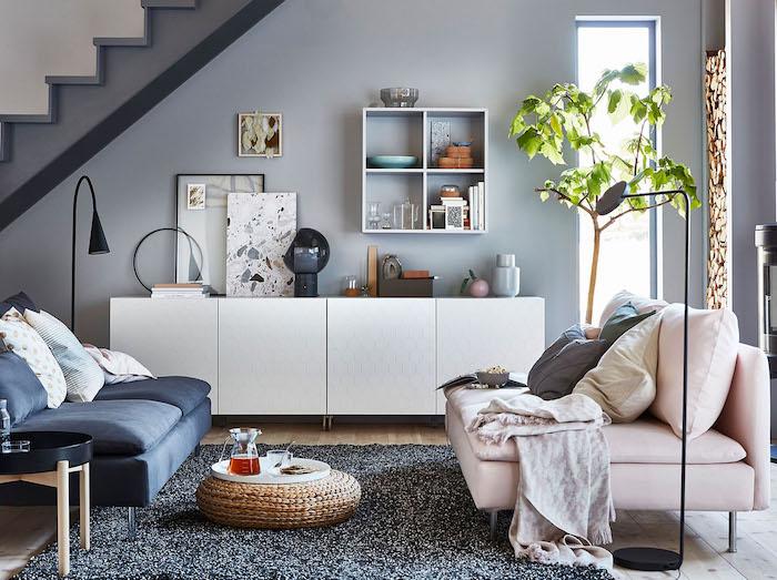 deco salon gris, meuble bas blanc, tapis shaggy gris foncé, canapé rose clair et canapé gris foncé, pouf tressé